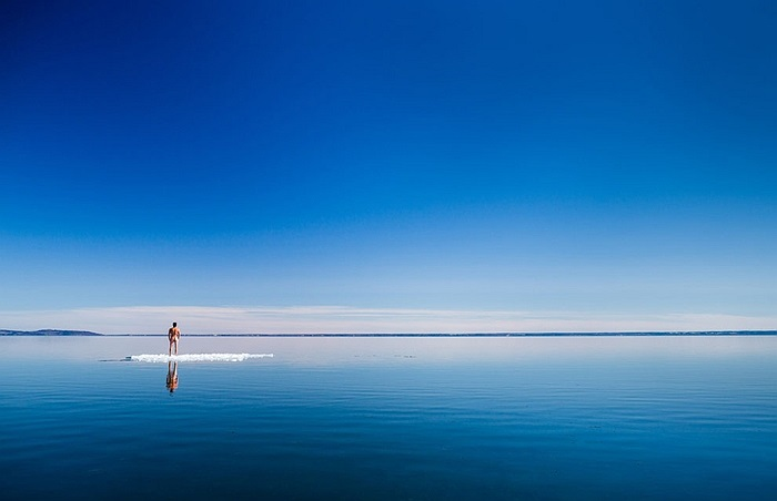 Mặt hồ Vättern đóng băng đang tan chảy vào mùa xuân ở Thụy Điển