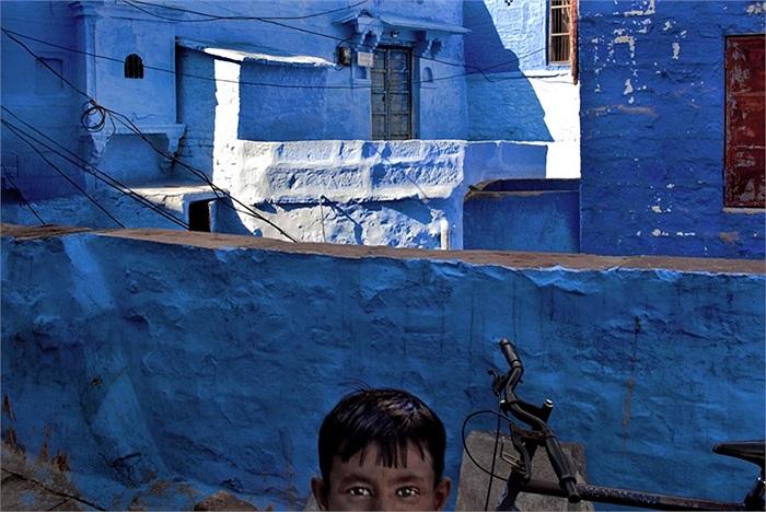 Bức ảnh chụp nhanh một đứa bé tạo ra cặp mắt kì diệu tại Jodhpur, Ấn Độ