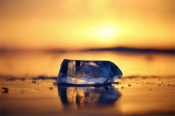 Mảnh băng trong hoàng hôn ở Hồ Baikal, Nga