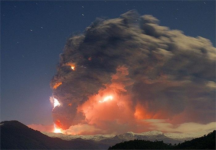 Núi lửa phun trào tạo tro bụi tuyệt đẹp ở  Cordon Caulle, Chile