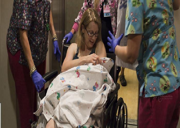 Tôi không thể tin rằng tôi lại đẻ ở ngoài bệnh viện và trên chiếc xe lăn như thế này. Bà mẹ 2 con chia sẻ cho biết.