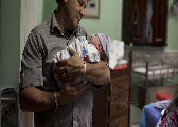 Ông bố ngắm con gái yêu vừa chào đời.