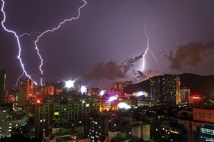 Những tia sét xé toạc bầu trời Chu Hải, tỉnh Quảng Đông, Trung Quốc