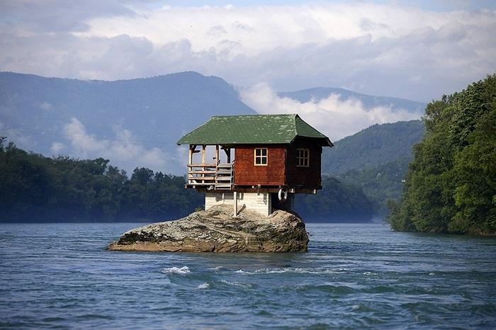 Ngôi nhà nằm giữa dòng sông Drina ở Bajina Basta, Serbia