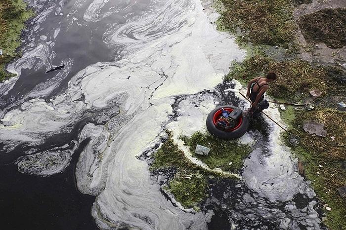 Người dân dùng kích điện đánh cá ở Tây An, Trung Quốc