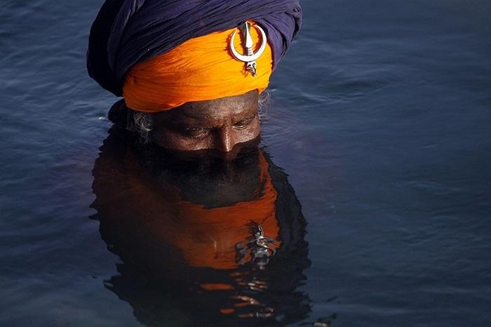 Người đàn ông theo đạo Sikh ngâm mình ở Amritsar, Ấn Độ