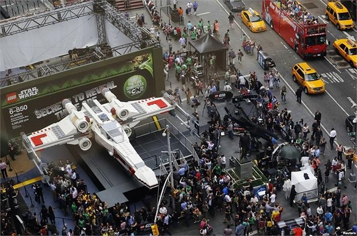 Mô hình phi thuyền trong phim Stars War lắp ghép bằng Lego tại Quảng trường thời đại, New York, Mỹ