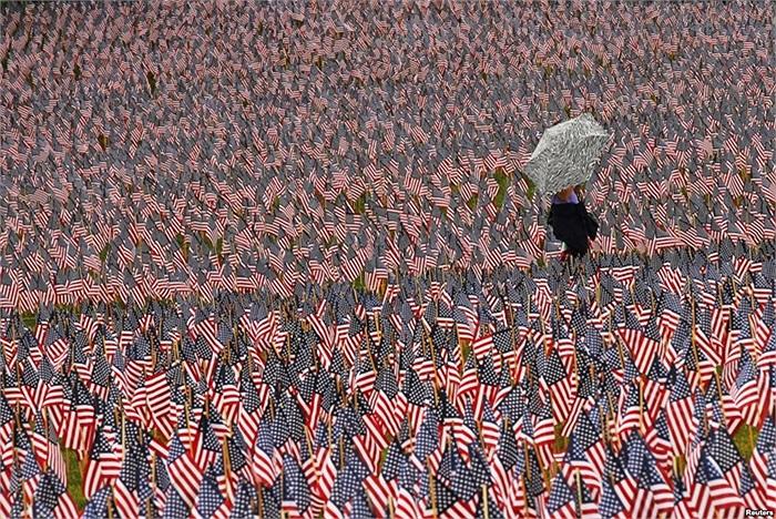 Quốc kỳ Mỹ trong một nghĩa trang ở Boston, Massachusetts