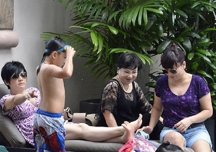 Trong suốt thời gian Bằng Kiều tổ chức liveshow ở Việt Nam, Trizzie cùng mẹ (áo đen) và cháu gái (áo tím) ở hậu trường chăm sóc con cái để anh thỏa sức vùng vẫy trong âm nhạc.