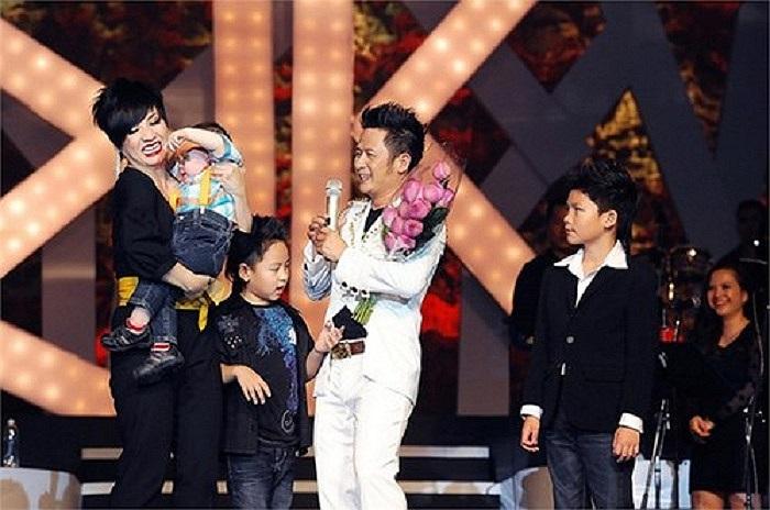 Gia đình hạnh phúc của Bằng Kiều trên sân khấu đêm diễn tại TP HCM tháng 10/2012.