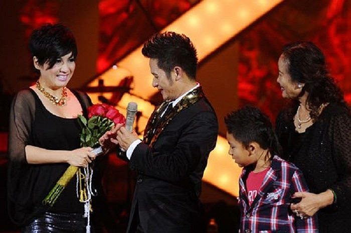 Ở liveshow được tổ chức tại Hà Nội, nam ca sĩ tặng vợ nhẫn kim cương trên sân khấu nhân dịp kỷ niệm 10 năm ngày cưới. Nhắc tới vợ, nam ca sĩ thuộc thế hệ 7X chia sẻ: