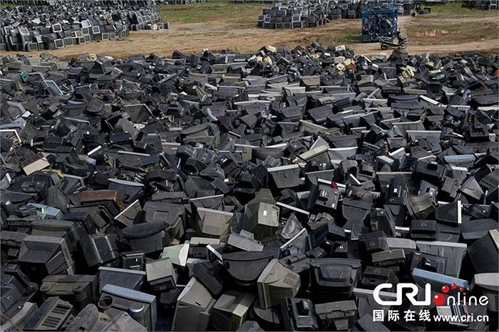 Hàng chục nghìn chiếc tivi ngồn ngang trên sân bóng