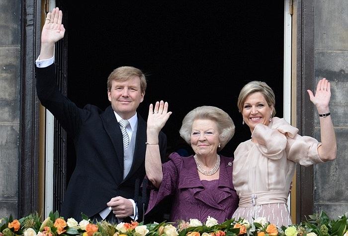 Vị vua mới Willem-Alexander cùng mẹ mình là cựu nữ hoàng Beatrix và hoàng hậu Maxima vẫy chào đám đông đám đông quảng trường Dam Square từ ban công của Cung điện Hoàng gia ở Amsterdam