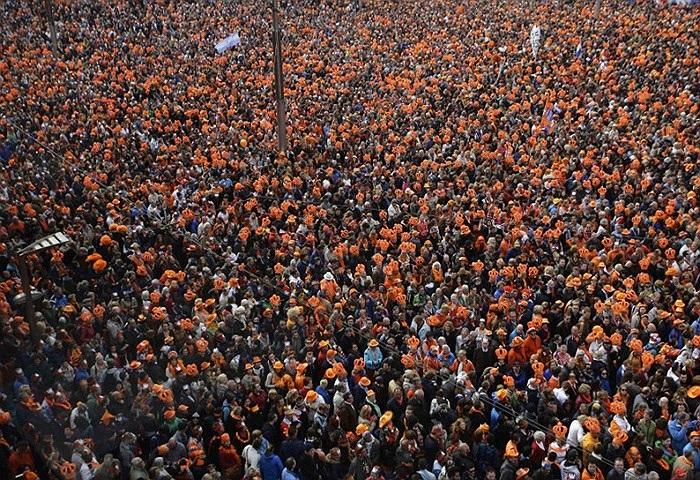 Người dân tập trung ở quảng trường Dam gửi lời chúc mừng đến Nữ hoàng Beatrix và Hoàng gia