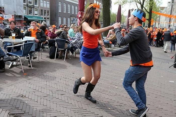 Thanh niên Hà Lan nhảy múa trên đường phố