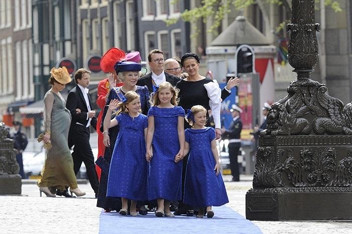 Cựu Nữ hoàng Beatrix và ba cô công chúa, cháu nội của mình