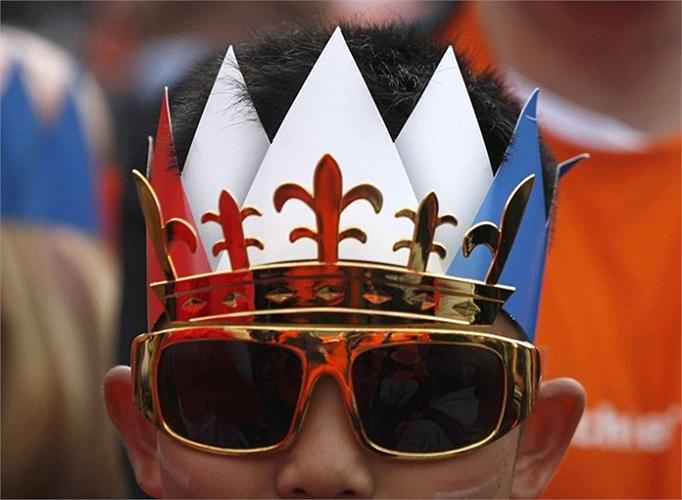 Một người đàn ông đội vương miện giả trong lễ mừng vị vua mới