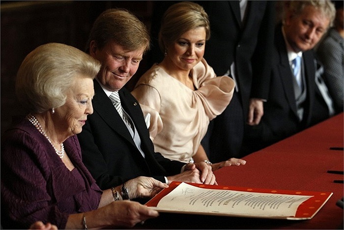 Thái tử Willem-Alexander mỉm cười sau khi ký vào văn kiện thoái vị của mẹ, nữ hoàng Beatrix