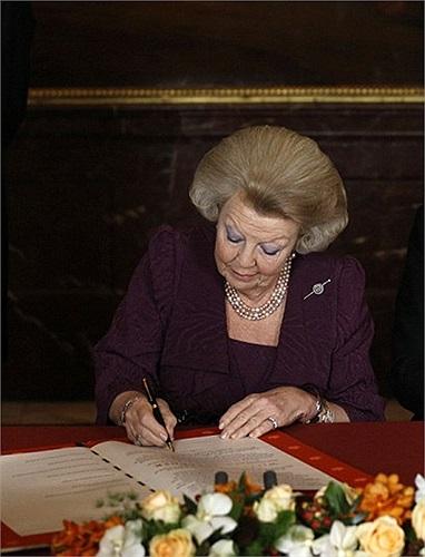 Nữ hoàng Beatrix ký văn kiện thoái vị tại hoàng cung Moseszaal ở Amsterdam, Hà Lan
