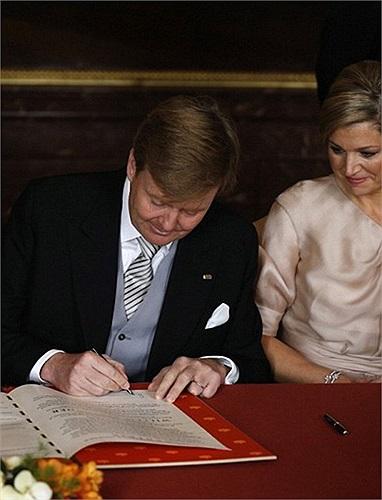 Thái tử Willem-Alexander ký vào văn kiện thoái vị của Nữ hoàng Beatrix