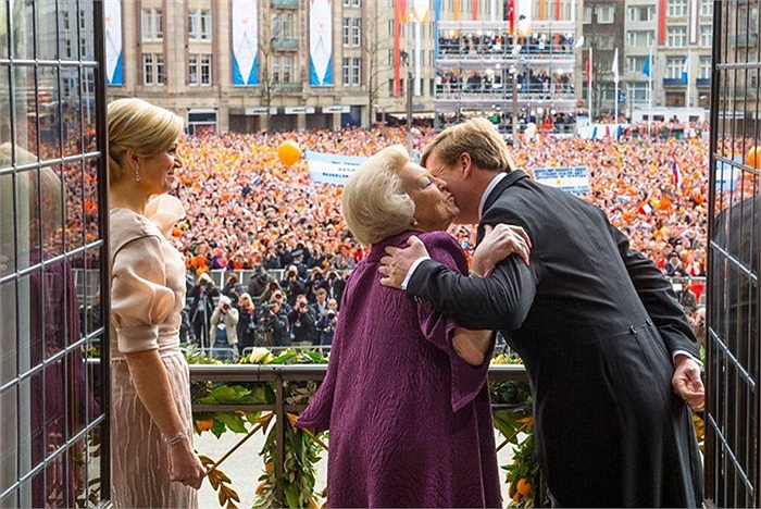 Vua  Willem-Alexander hôn mẹ, cựu nữ hoàng Beatrix