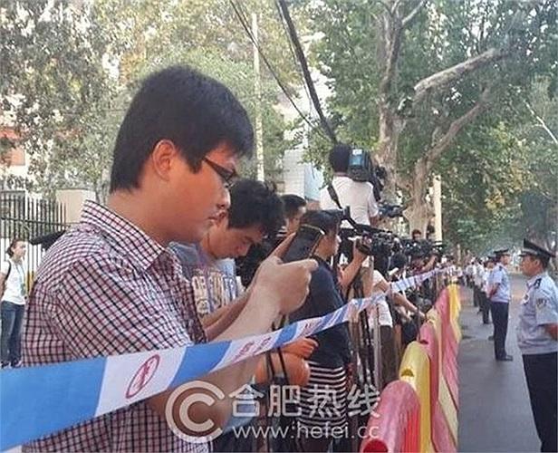 Nhiều phóng viên trong và ngoài Trung Quốc theo dõi từ bên ngoài tòa án