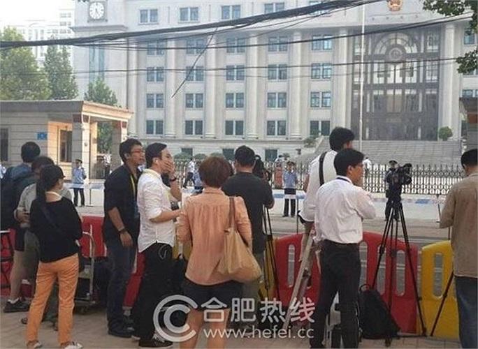 Báo chí Trung Quốc cho hay có 5 người thân của ông Bạc cùng với 19 nhà báo và 84 người khác tham dự phiên tòa này