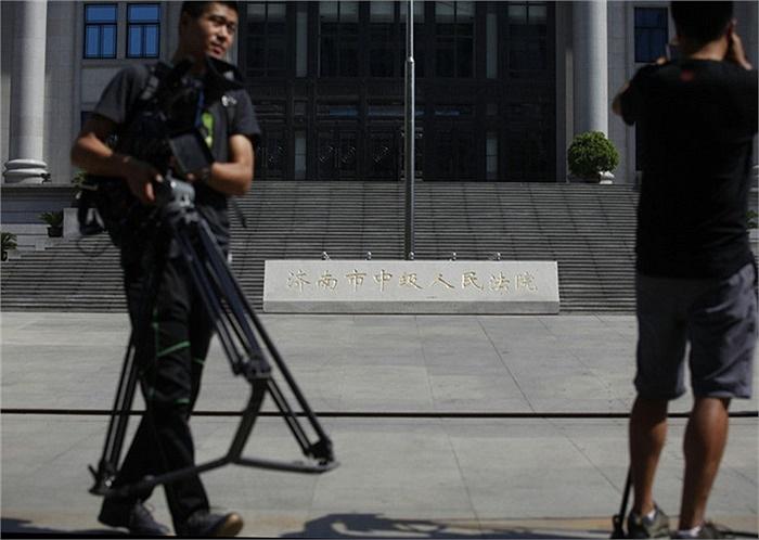Nhiều phóng viên túc trực bên ngoài tòa án ở Tến Nam từ sáng sớm 22/8