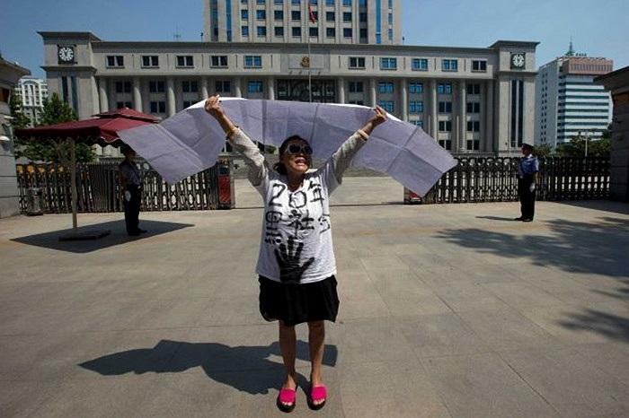 Một người biểu tình ủng hộ Bạc Hy Lai bên ngoài tòa án Tế Nam hôm 21/8