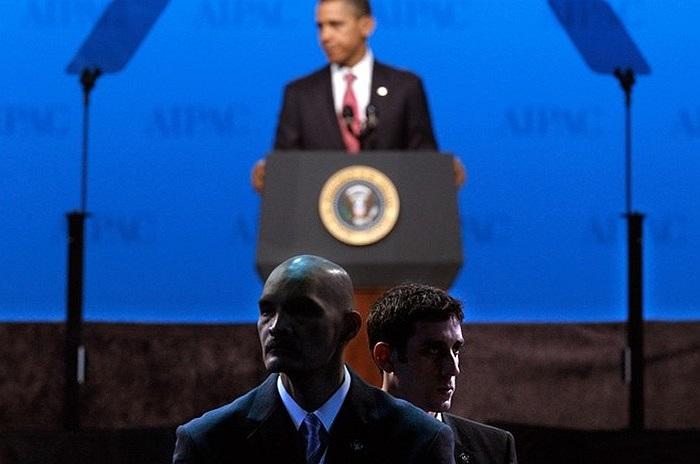 Hai đặc vụ áo đen bảo vệ ông Obama khi ông dự hội nghị ở Washington