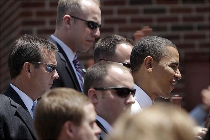 Những đặc vụ áo đen quan sát xung quanh khi ông Obama gặp gỡ những người ủng hộ