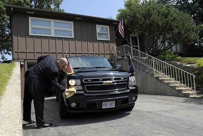 Một đặc vụ lau xe cho Tổng thống Obama