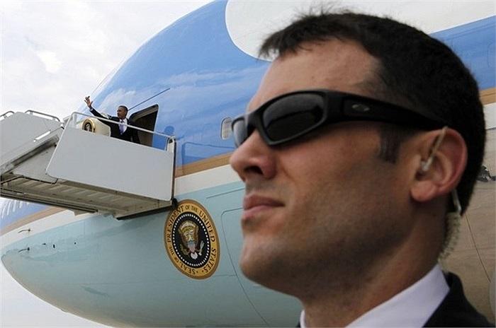 Một đặc vụ quan sát an ninh xung quanh khi ông Obama lên máy bay