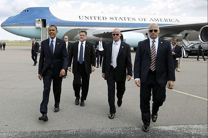 Những đặc vụ áo đen, đeo kính râm bên cạnh ông Obama