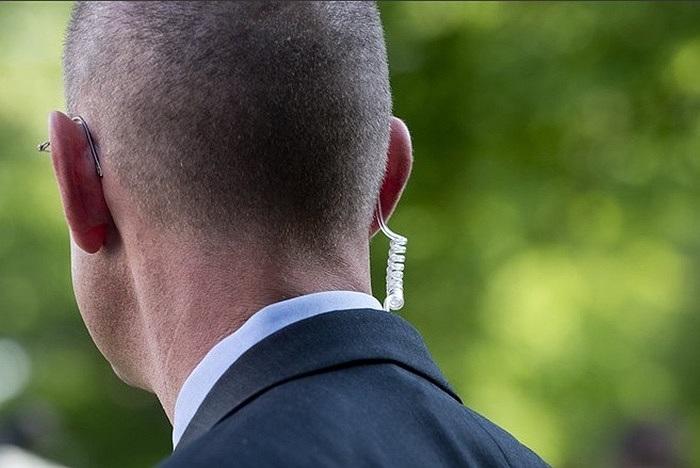 Một đặc vụ bảo đeo kính râm, tai nghe của ông Obama