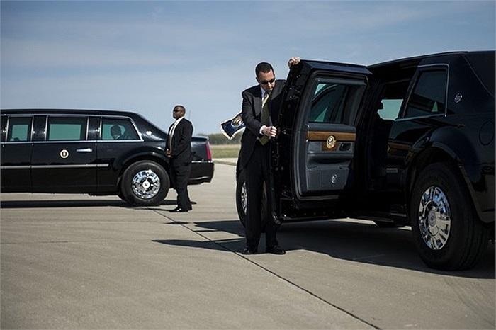 Đặc vụ tháp tùng Tổng thống Obama lên ô tô