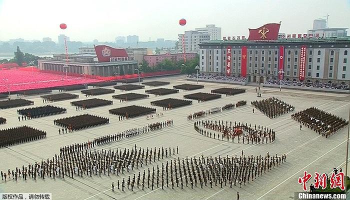 Các biểu ngữ màu đỏ chào mừng 65 năm ngày thành lập CHDCND Triều Tiên được treo xung quanh