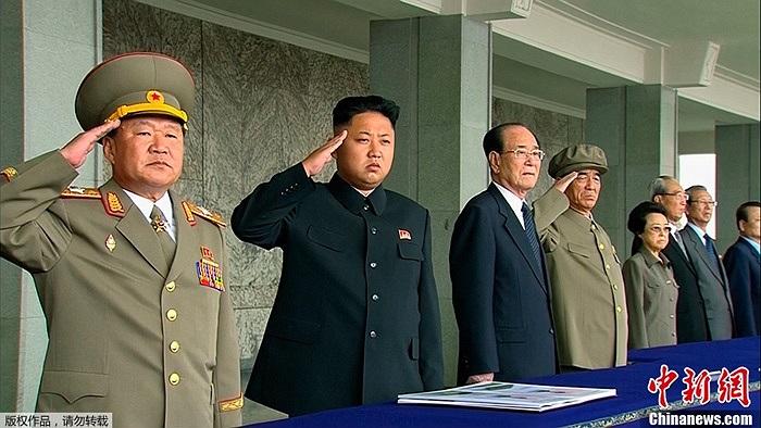 Lãnh đạo tối cao Triều Tiên Kim Jong-un cùng nhiều tướng lĩnh quân sự tham dự lễ kỷ niệm 65 năm ngày thành lập