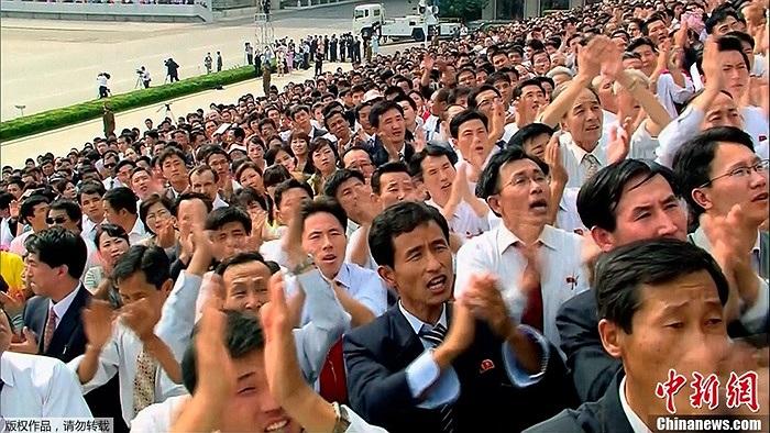 Người dân Triều Tiên tại lễ duyệt binh mừng 65 năm thành lập CHDCND Triều Tiên