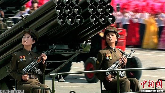 Hai nữ quân nhân Triều Tiên trong lễ duyệt binh