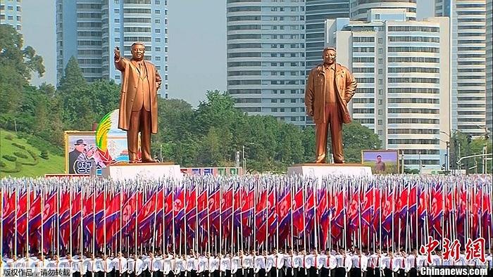 Lễ duyệt binh trước tượng đài Kim Nhật Thành và Kim Jong-il