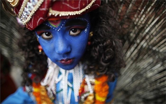 Cậu bé theo đạo Hồi hóa trang thành thần Krishna trong lễ hội 'Gai Jatra' ở Katmandu, Nepal