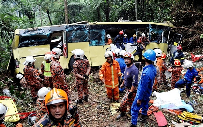 Lực lượng cứu hộ làm việc tại hiện trường vụ tai nạn xe buýt ở Pahang, Malaysia