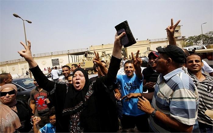 Người ủng hộ ông Mubarak đứng đợi trước cổng chính của nhà tù Tora ở ngoại ô Cairo, Ai Cập