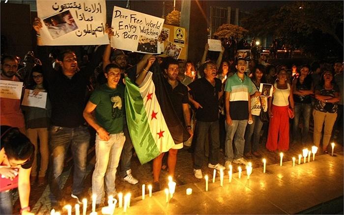 Thường dân Lebanon và Syria đoàn kết trước văn phòng trụ sở Liên Hợp Quốc ở Beirut, Lebanon tưởng niệm nạn nhân sau cuộc tấn công ở ngoại ô Damascus