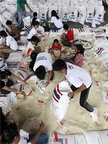 Người dân chuẩn bị thực phấm cứu hộ các khu vực bị lụt tại thành Phố Pasay, phía nam Manila, Philippines