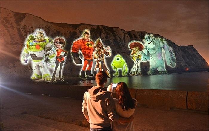 Hình ảnh 7 nhân vật hoạt hình của Disney trên vách đá White Cliff, Anh để giới thiệu cho trò chơi điện tử Disney Infinity của hãng