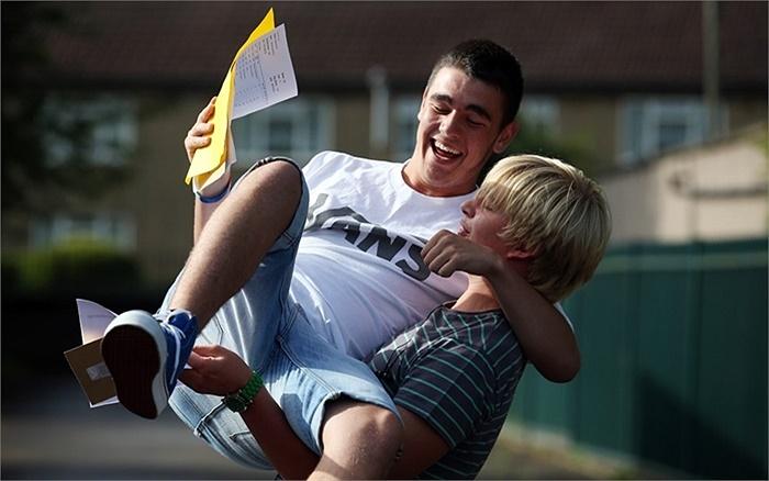 Ăn mừng sau khi biết kết quả thi tại Học viện Quốc tế Ridings ở Bristol, Anh