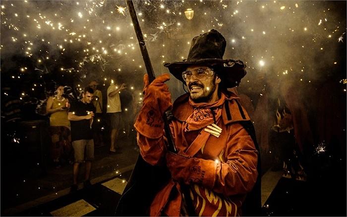 Hóa trang trong lễ hội Festa Major de Gracia ở Barcelona, Tây Ban Nha