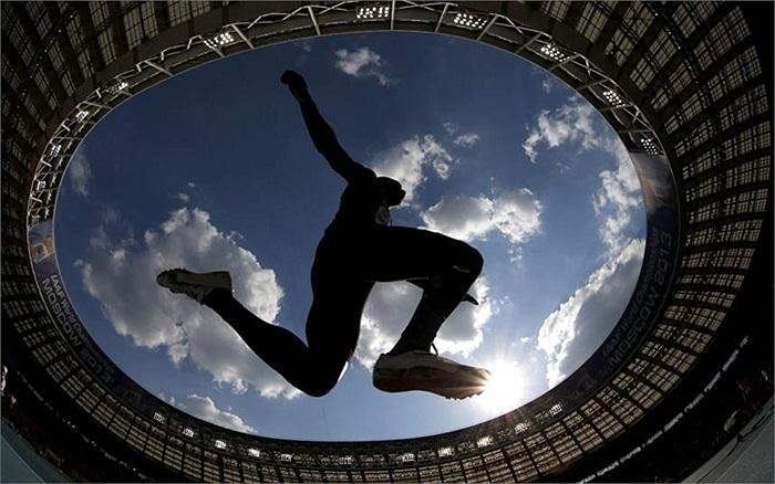 Vận động viên Gaetan Saku Bafuanga Baya của Pháp trong môn chạy nhảy 3 bước ở giải Vô địch điền kinh thế giới 2013 trong sân vận động  Luzhniki, Nga